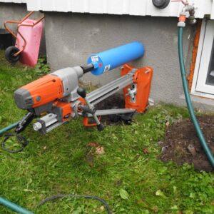 Boring med en husqvarna kjærnebormaskin som er ledi av P2P Rent tlf 93065180